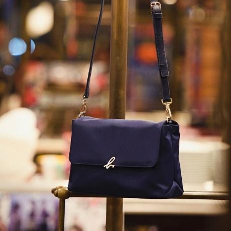 オリジナルのb. ロゴ金具がスタイリッシュで新鮮なシリーズのショルダーバッグです。ショルダーストラップは取り外し・長さ調節可能です。同シリーズで素材違いや財布シリーズもあります。[型番:M302VN01]